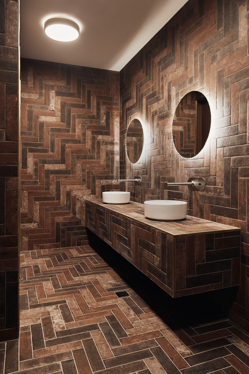 tiled bathroom at Oxford scholar